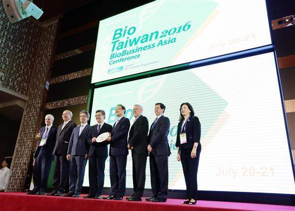Vice President Chen poses for a photo with participants attending BioTaiwan 2016. (2-2)
