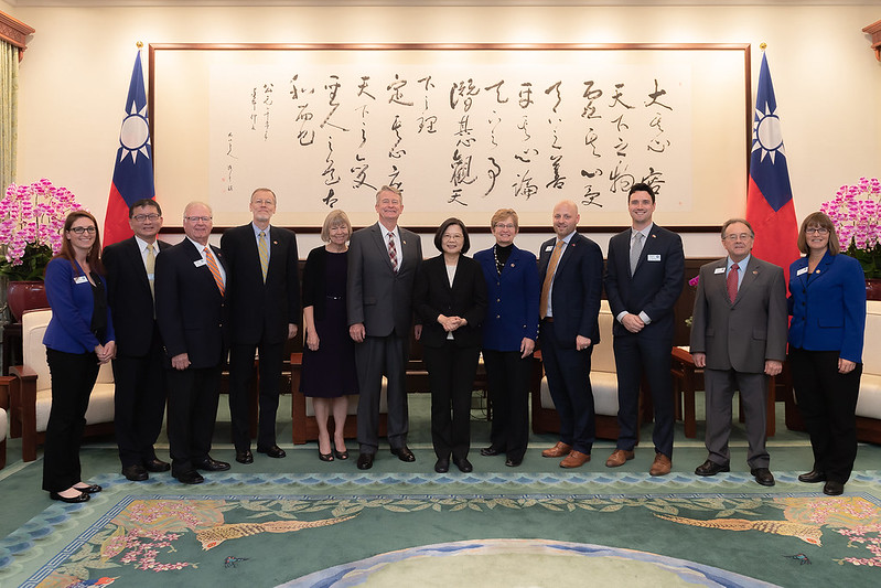 President Tsai takes a picture with a delegation led by Idaho Governor Brad Little.
