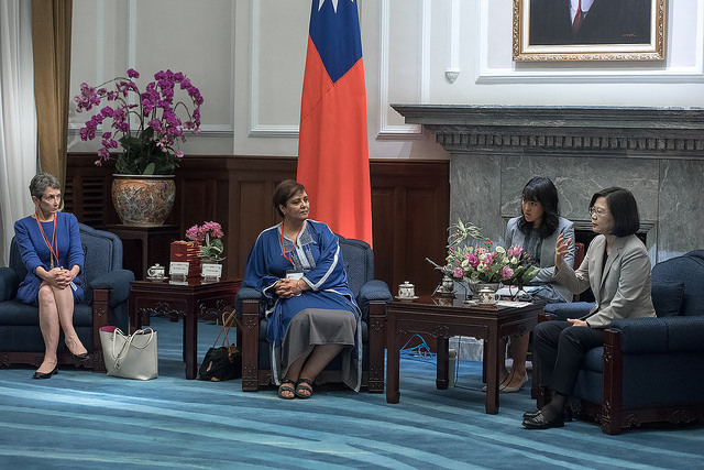 President Tsai exchanges views with participants attending the Taiwan Foundation for Democracy 15th anniversary conference.
