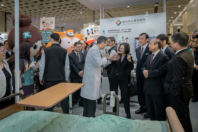 President Tsai tours booths of the 2018 Taiwan Healthcare+ Expo.