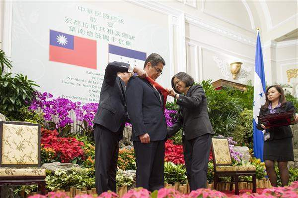 President Tsai confers upon President Hernandez the Order of Brilliant Jade with Grand Cordon.