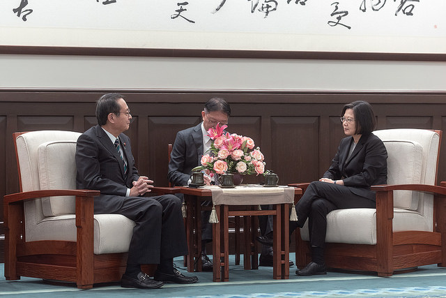 President Tsai exchanges views with Takao Fujii, Chairman of the National Federation of Japan-Taiwan Friendship Associations.