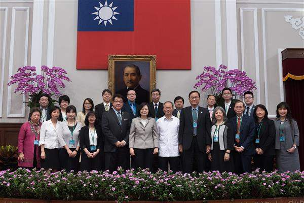 President Tsai poses for photos with the delegation members of overseas-based Chinese-language media.