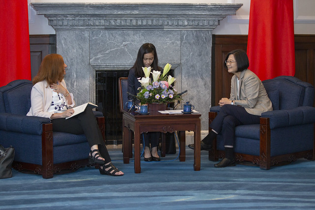 President Tsai exchanges views with Bonnie Glaser, Director of the China Power Project at CSIS.