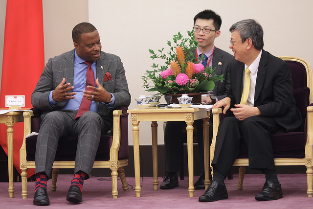 Vice President Chen exchanges views with Mark Brantley, Foreign Minister of Saint Christopher and Nevis.
