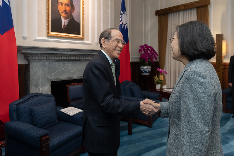 President Tsai shakes hands with Japan-Taiwan Exchange Association Chairman Mitsuo Ohashi.
