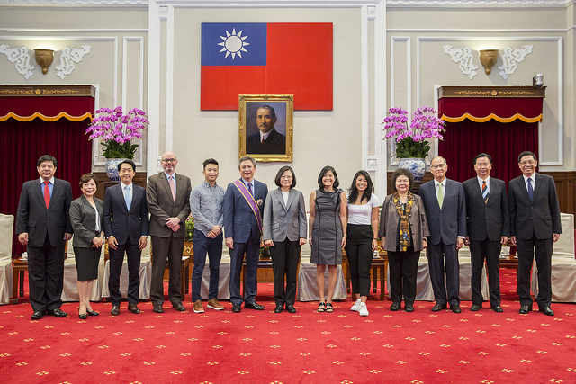 President Tsai confers decoration on Director of the American Institute in Taiwan Kin W. Moy.