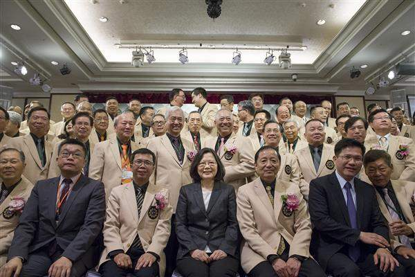After the Entrepreneur Club presidential handover ceremony, President Tsai takes a group photo with members of the club. (01)