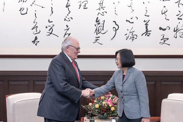 President Tsai shakes hands with US Heritage Foundation founder Dr. Edwin Feulner.