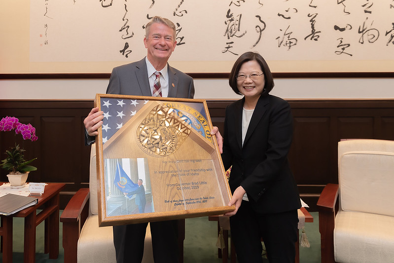 President Tsai receives a gift from Idaho Governor Brad Little.