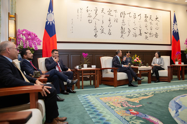 President Tsai exchanges views with Belize Senate President Lee Mark Chang.
