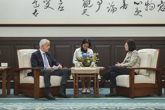 President Tsai exchanges views with President Jemal Inaishvili of the Confederation of Asia-Pacific Chambers of Commerce and Industry.