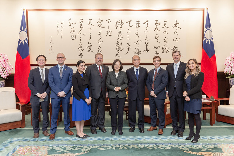 President Tsai poses for a photo with a delegation from the US Center for Strategic and International Studies.