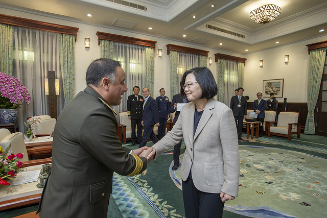 President Tsai Ing-wen shakes hands with Guatemalan Minister of Defense Major General Luis Ralda.