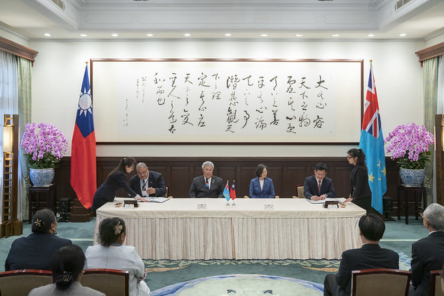 President Tsai and Prime Minister Sopoaga jointly witness the signing of an agreement concerning seafarers' training and certification.