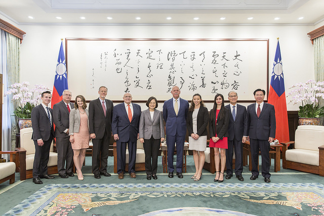 President Tsai poses for a photo with a delegation from the US-based Project 2049 Institute.