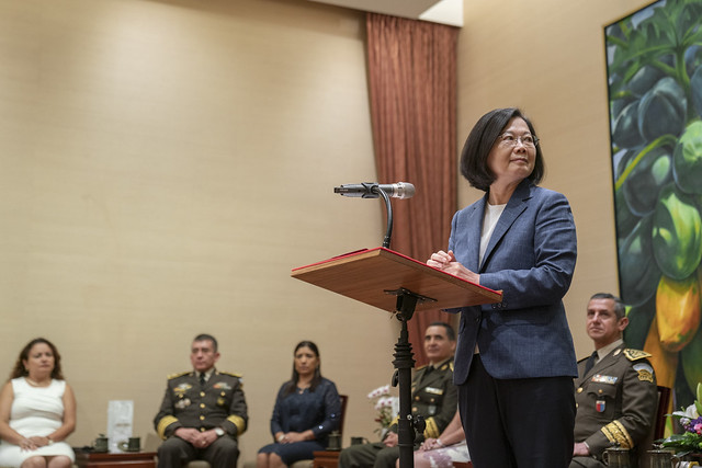 President Tsai Ing-wen meets with participants in the international training course organized by the Ministry of National Defense.