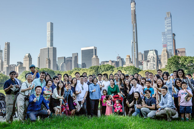 President Tsai poses for a group photo with young Taiwanese-Americans in New York City's Central Park.