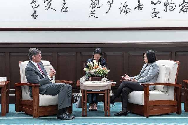 President Tsai exchanges views with Citigroup CEO Michael Corbat.