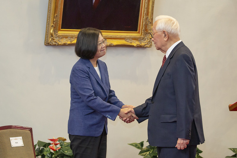 President Tsai holds a press conference and then shakes hands with Dr. Morris Chang.