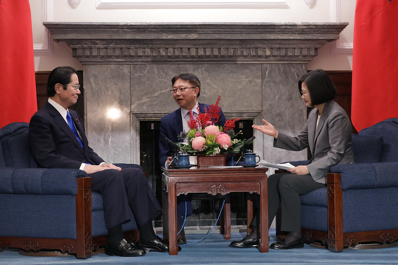 President Tsai exchanges views with Seishiro Eto, Member of Japanese House of the Representatives.