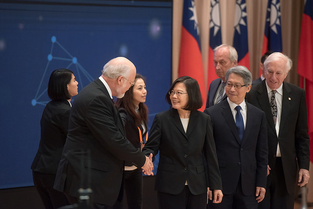 President Tsai shakes hands with an participant attending Academia Sinica's International Scientific Leaders' Forum.
