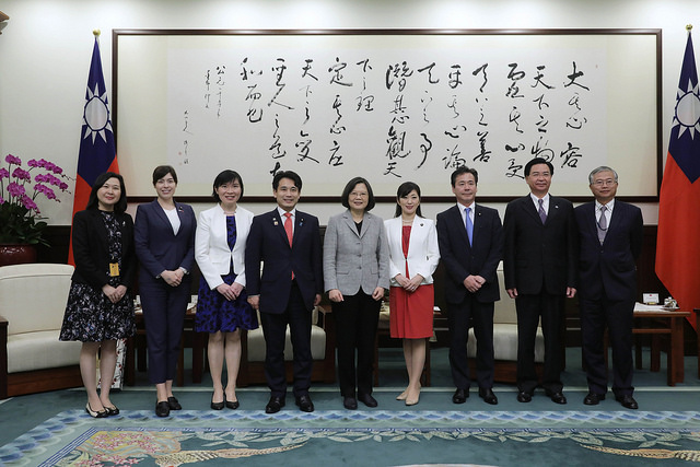 President Tsai poses for a photo with a delegation led by Mr. Hirofumi Takinamia, a Liberal Democracy Party member of the Japanese Diet.
