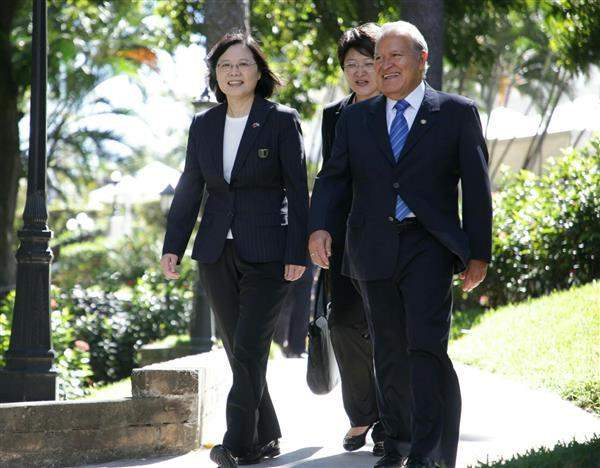 President Tsai and El Salvador President Sanchez Ceren proceed to a state banquet hosted by President Sanchez Ceren.