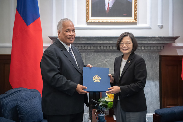 President Tsai accepts the credentials of new Nauruan Ambassador to Taiwan Jarden Kephas.