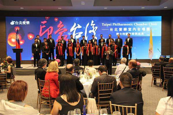 The Taipei Philharmonic Chamber Choir performs at the dinner banquet.