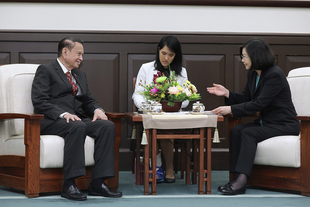 President Tsai meets with the keynote speakers and foreign scholars and experts attending the Yushan Forum.