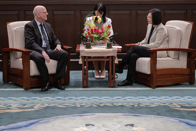 President Tsai exchanges views with David Meale, US Deputy Assistant Secretary of State for Trade Policy and Negotiations.