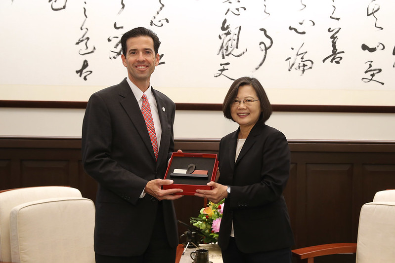 President Tsai presents International Republican Institute President Daniel Twining with a gift.