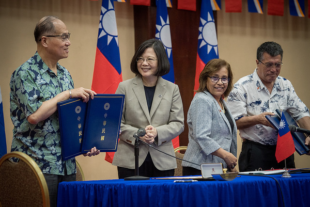President Tsai and President Heine stand witness as their respective foreign ministers sign the two MOUs.