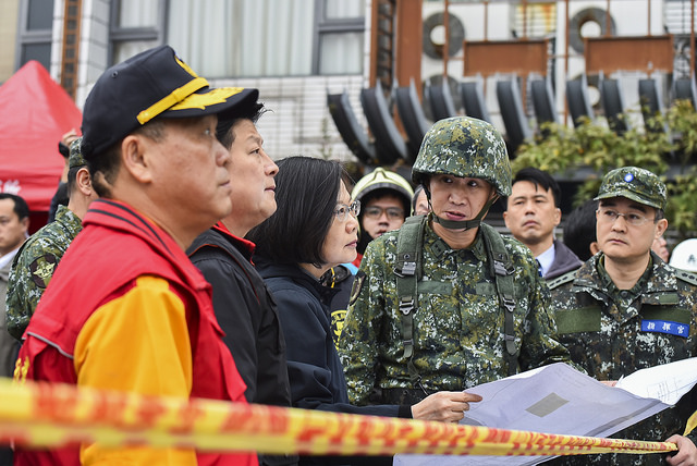 President Tsai visits the site of rescue operations at the Yun Men Tsui Ti Building in Hualien.