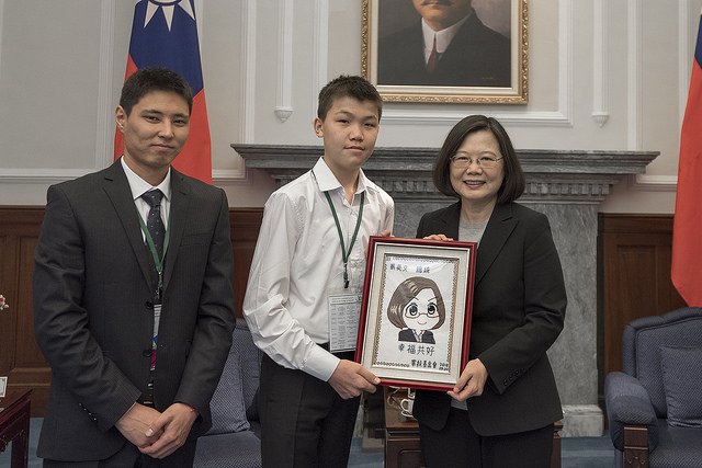 President Tsai Ing-wen meets with foreign youth representatives sponsored by the Taiwan Fund for Children and Families.