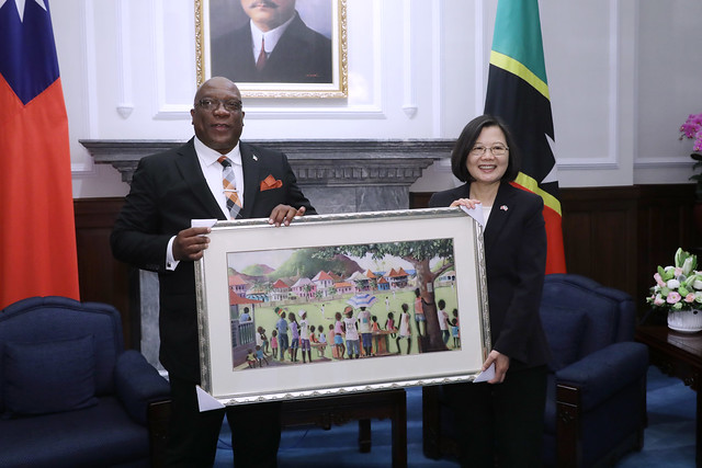 President Tsai receives a gift from St. Christopher and Nevis Prime Minister Timothy Harris.