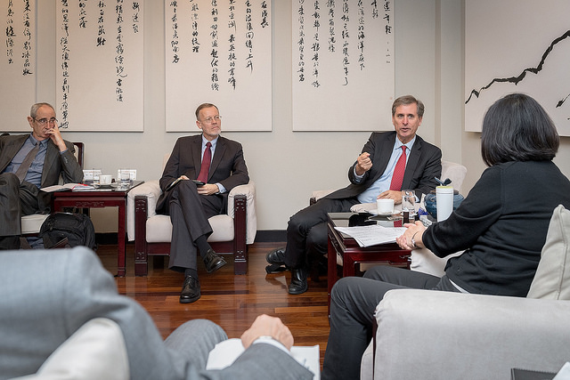 President Tsai and US Deputy Assistant Secretary of State Scott Busby exchange views on several issues.