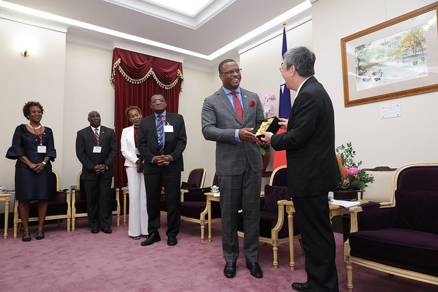 Vice President Chen exchanges gifts with Mark Brantley, Foreign Minister of Saint Christopher and Nevis.