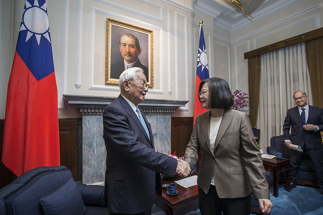 President Tsai shakes hands with Mr. Morris Chang.