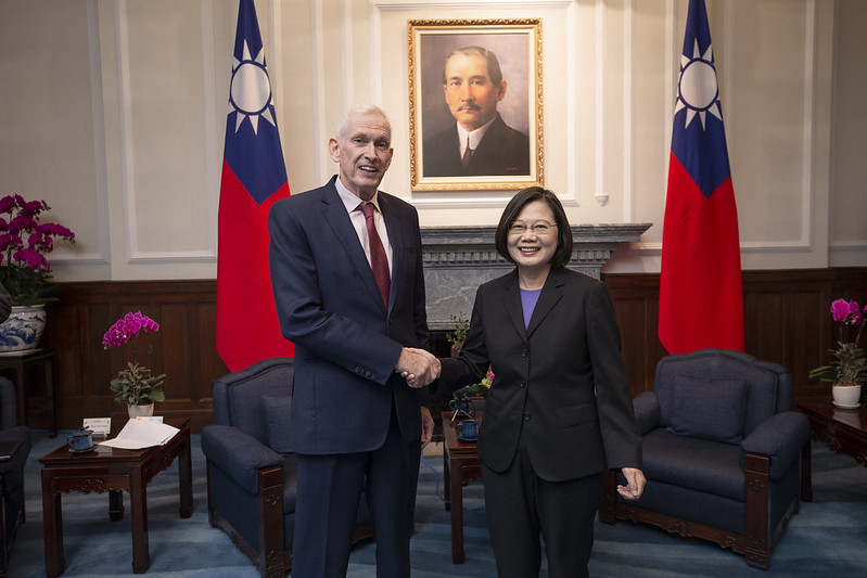 President Tsai takes a picture with American Institute in Taiwan Chairman James Moriarty.