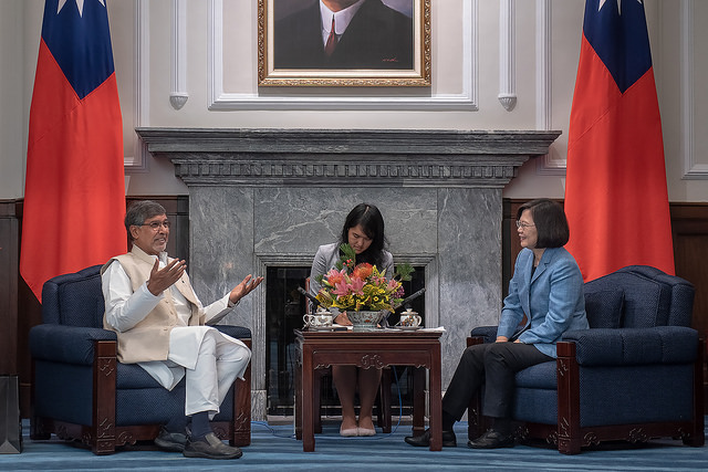 President Tsai exchanges views with Kailash Satyarthi, Founder of India's Kailash Satyarthi Children's Foundation and 2014 Nobel Peace Prize Winner.