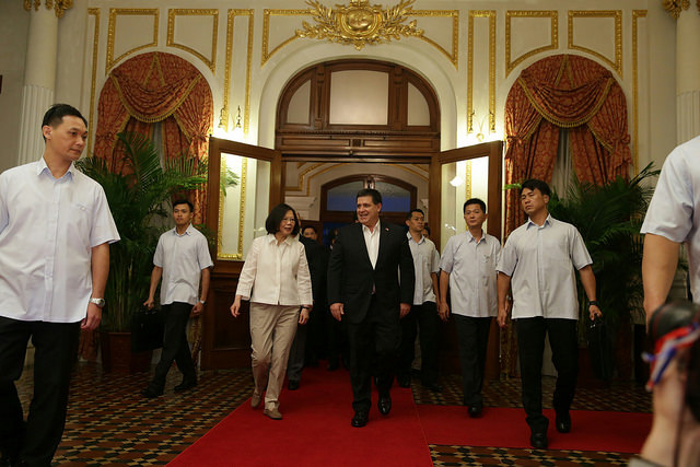 President Tsai and Paraguayan President Horacio Cartes walk into a welcome banquet venue at the Taipei Guest House.