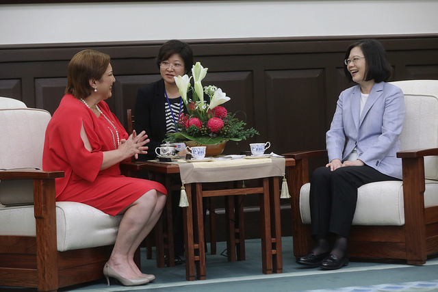 President Tsai exchanges views with Honduran Second Vice President Ava Rossana Guevara Pinto.