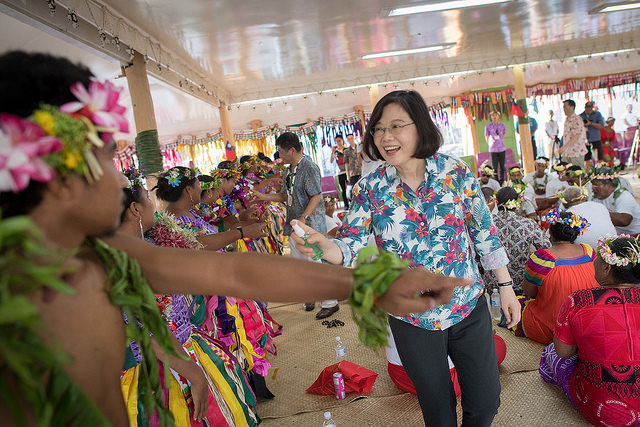 President Tsai sprinkles perfume on the performers, an expression of praise in Tuvalu.