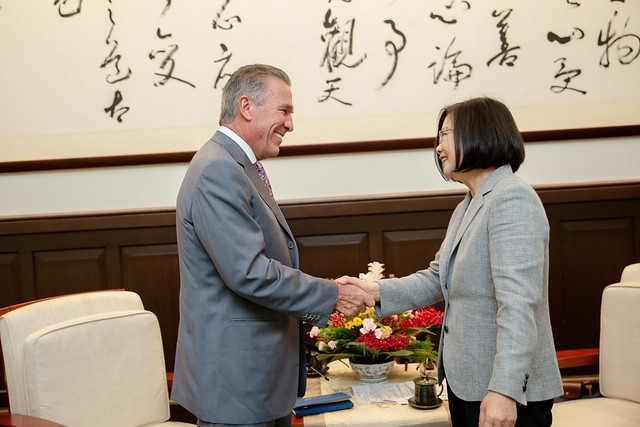 President Tsai meets with US-Taiwan Business Council Chairman Michael Splinter.