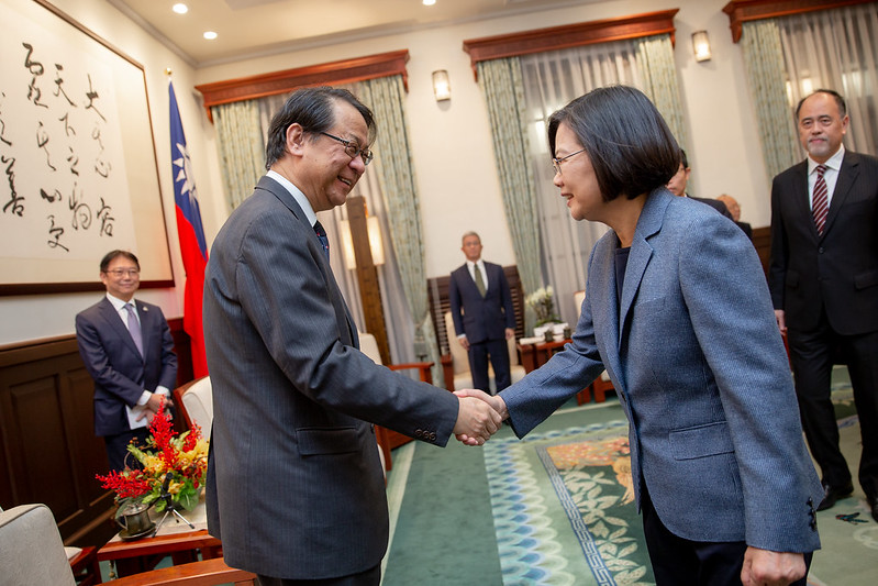 President Tsai shakes hands with Mr. Hiroyasu Izumi, new Chief Representative of the Japan-Taiwan Exchange Association Taipei Office.