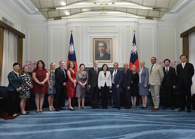 President Tsai poses for a photo with a delegation of parliamentarians from the United Kingdom.