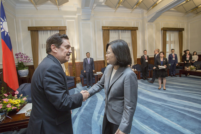 President Tsai shakes hands with Central American Parliament President Tony Raful Tejada.