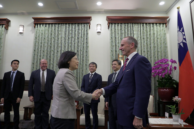 President Tsai shakes hands with former US Chief of Naval Operations Jonathan W. Greenert.